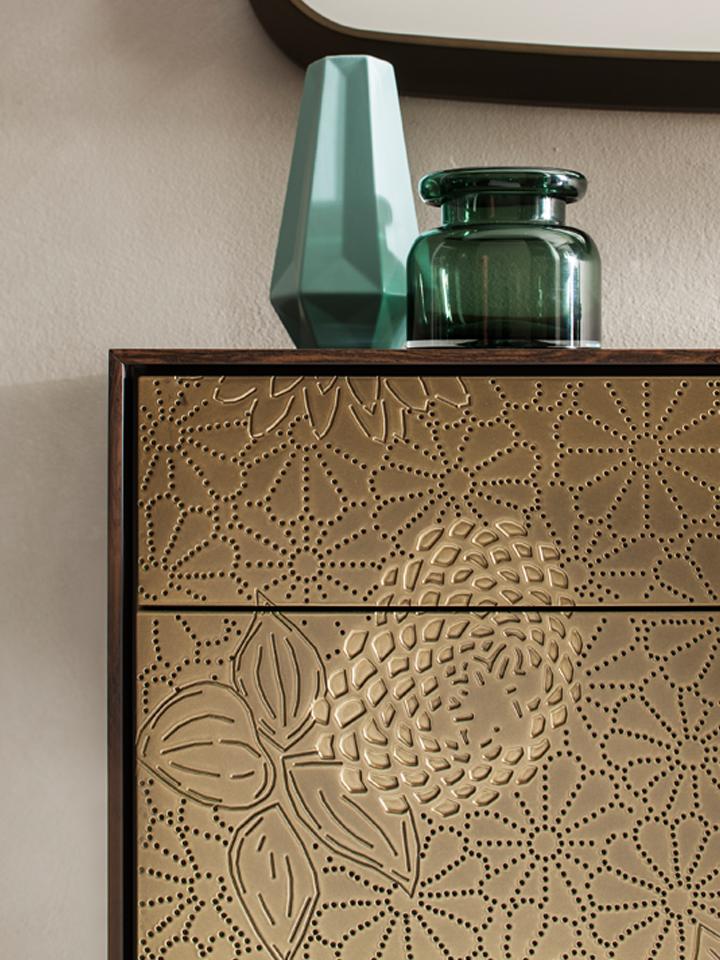 detail dressoir in goud met uitfrezing